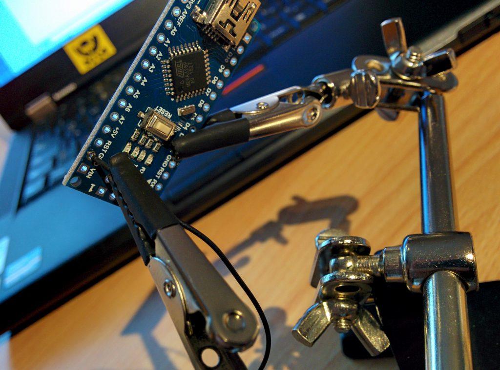 Beispielbild: ein Arduino und ein Kabel in der Klemme